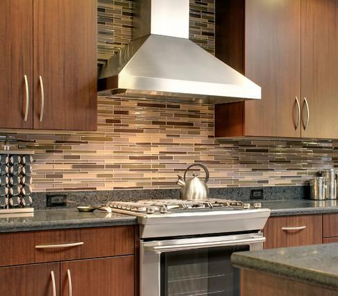 Thin Asymmetrical Glass Tile (design by RemodelWest, photo by Scott Dubose)
